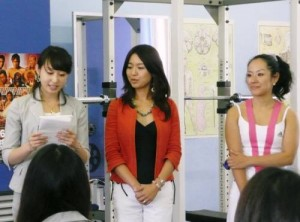 左から渡辺真衣さん、大鳥居舞さん、藤田裕子トレーナー