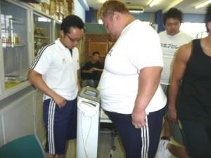 体重を量る浜選手。200kg超えてました!